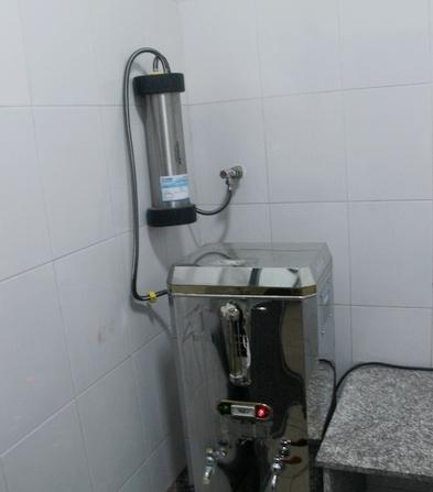 高校给学生饮水机装净水器